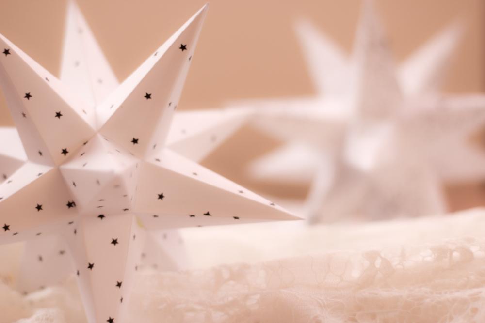 Bestempelte Adventssterne mit kleinen Sternen zur Dekoration an Weihnachten