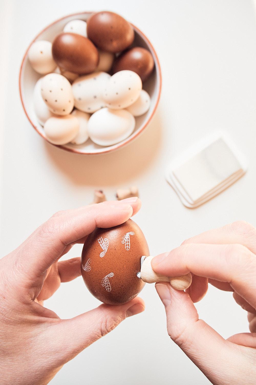 Im nächsten Schritt die Stempelfarbe auf den Stempel auftragen und dann den Stempelabdruck auf dem Ei machen.