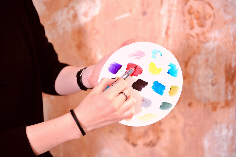 Bild 2-Farben auf einen Teller malen zur Aufnahme mit Wassertankpinsel