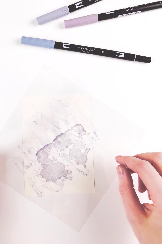 Bild 4-Bewässerte Folie umdrehen und auf das Papier bringen für Aquarelleffekt