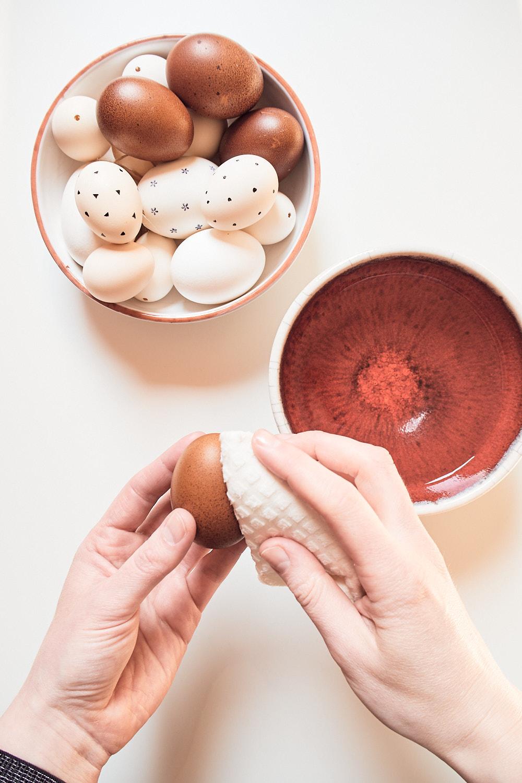 Im ersten Schritt muss das Ei gewaschen und entfettet werden.