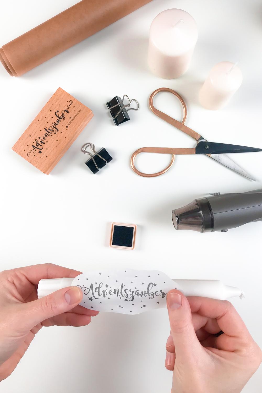 Seidenpapier mit Stempelmotiv auf einer Stabkerze positionieren